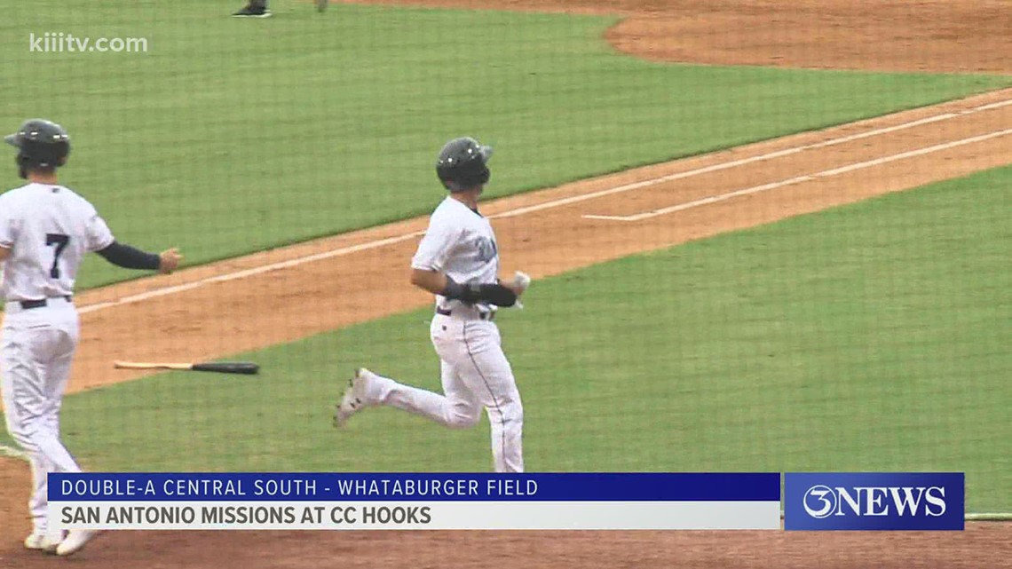 Hooks fall in season opener after year and a half away - 3Sports
